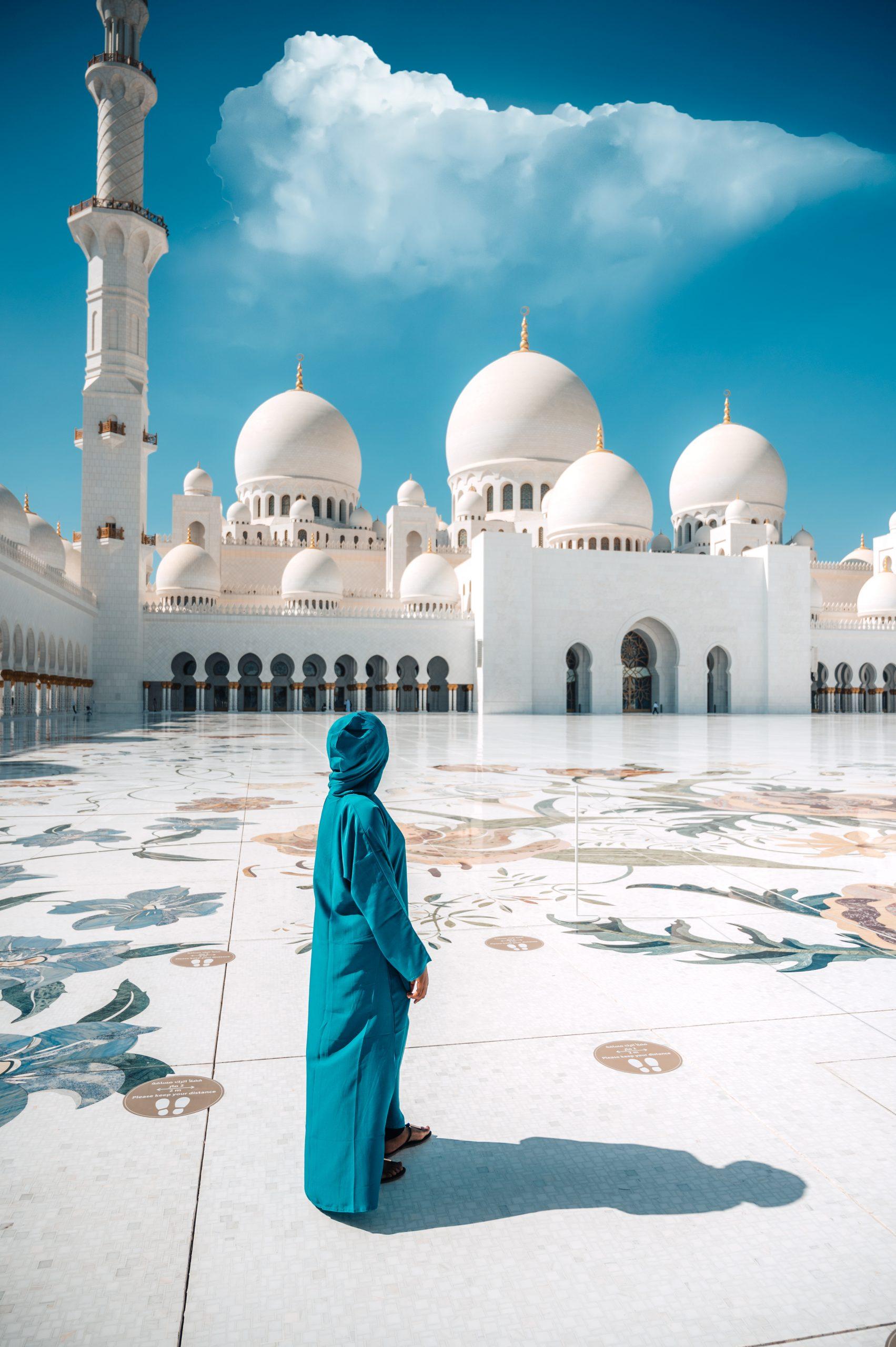 ashleighrm standing in sheikh zayed mosque courtyard